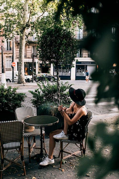 Kostnadsfri bild av bord, hatt, kvinna, restaurang