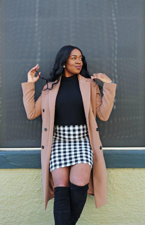 Kostenloses Stock Foto zu afrikanisch, afroamerikaner-frau, braunen mantel, einfach
