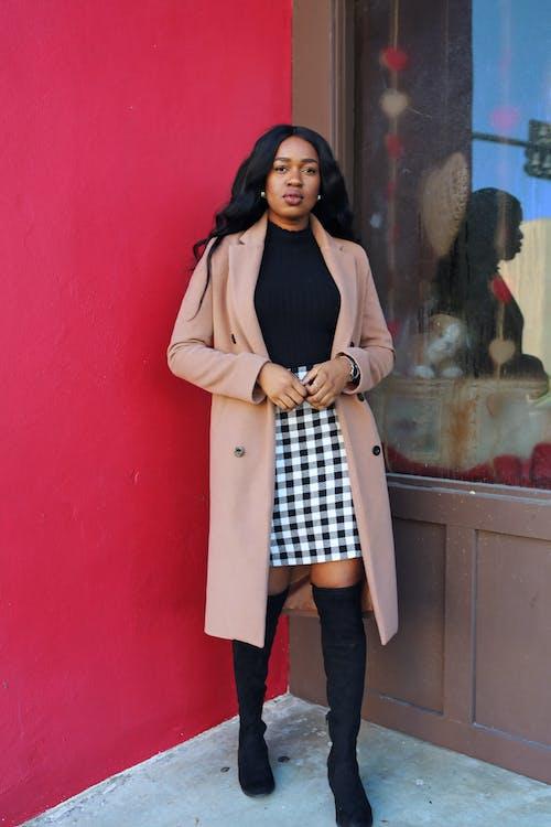 Kostenloses Stock Foto zu afroamerikaner-frau, braunen mantel, farbige frau, fashion
