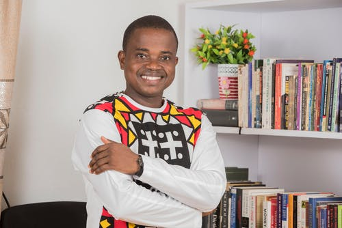 Kostnadsfri bild av afrikansk, afroamerikansk man, böcker, bokhyllor
