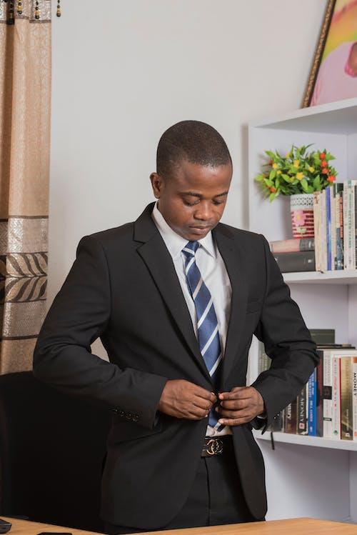 Kostnadsfri bild av affärsman, afroamerikansk man, böcker, bokhyllor