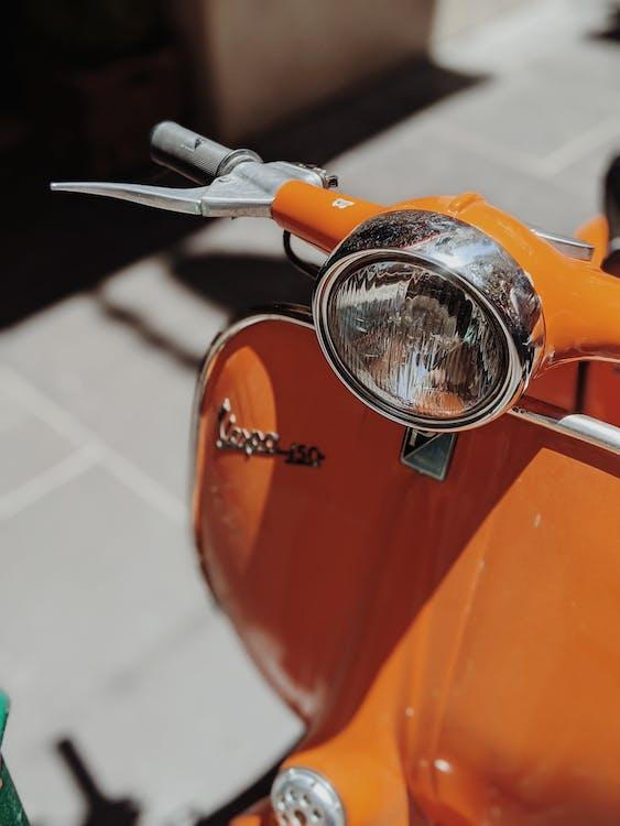 Motocicletta Arancione Sulla Strada Di Cemento Grigio