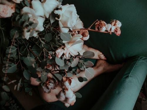 Beyaz Ve Pembe çiçekler Tutan Kişi