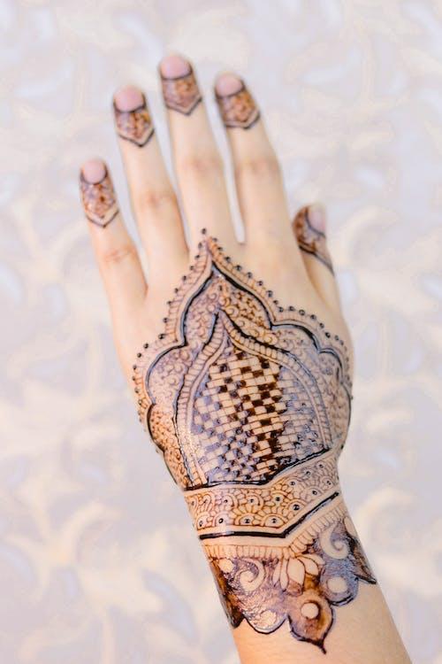 Gratis lagerfoto af arabisk armbånd brude mehndi design 2020, armbånd brud henna design 2020, armbånd brude baghånd mehndi 2020, armbånd brude let mehndi 2020