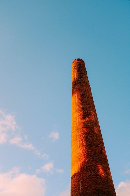 青い空の下の茶色のコンクリートの塔