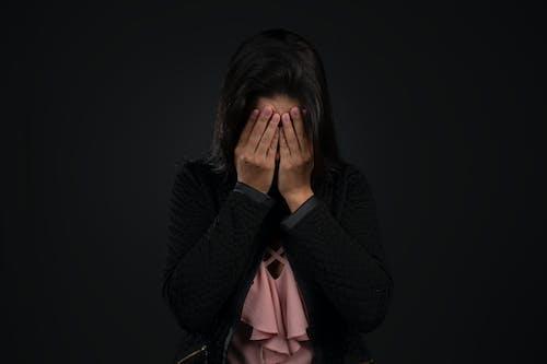 Бесплатное стоковое фото с депрессия, женщина, отчаяние, плач