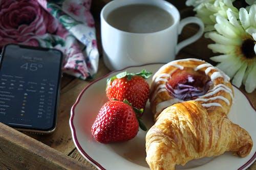คลังภาพถ่ายฟรี ของ crossant, ขนมอบ, สตรอเบอร์รี่, อาหารเช้า