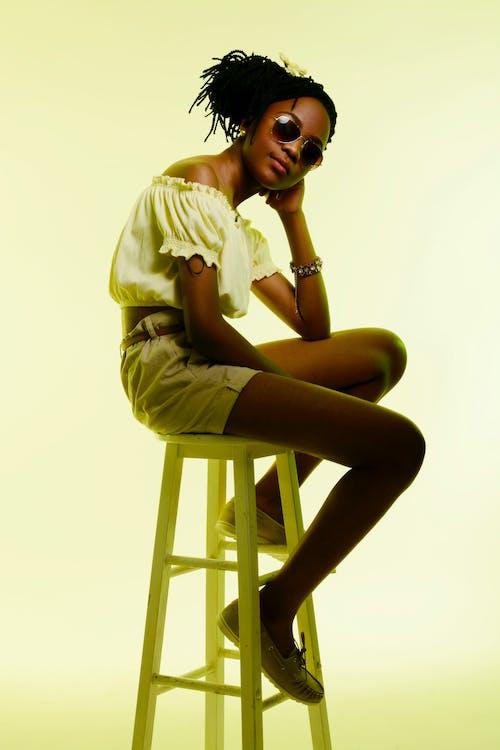 アフリカ系アメリカ人の女の子, インドア, カジュアル, スタイルの無料の写真素材
