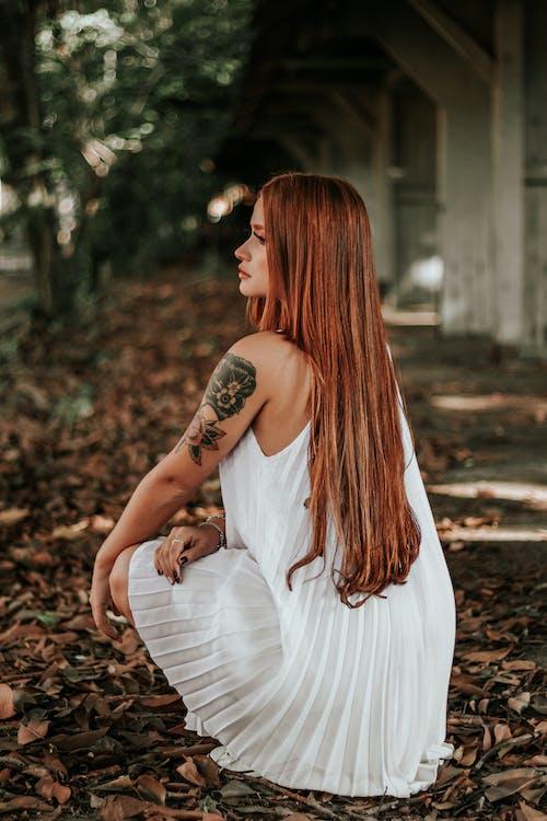 Darmowe zdjęcie z galerii z atrakcyjny, biała sukienka, długie włosy, kobieta
