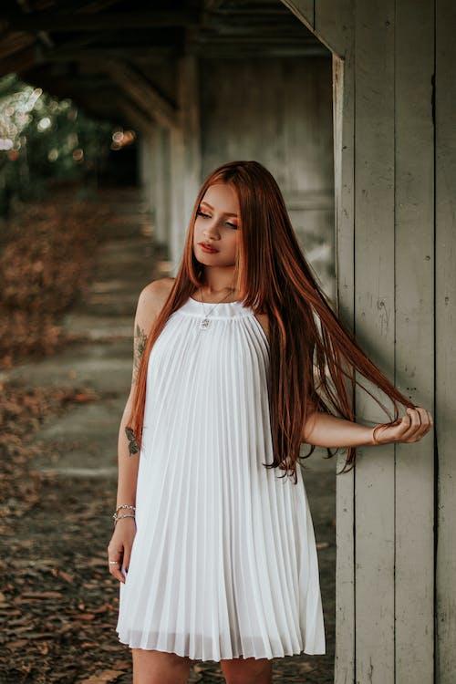 Beyaz elbise, cazibe, güze, güzel kadın içeren Ücretsiz stok fotoğraf