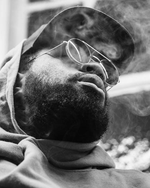 Fotos de stock gratuitas de encapuchado, escala de grises, fumador, fumar