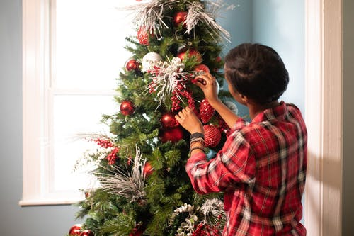 Mujer En Rojo Camisa A Cuadros Decorando El árbol De Navidad