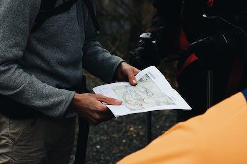 地図を見ている人