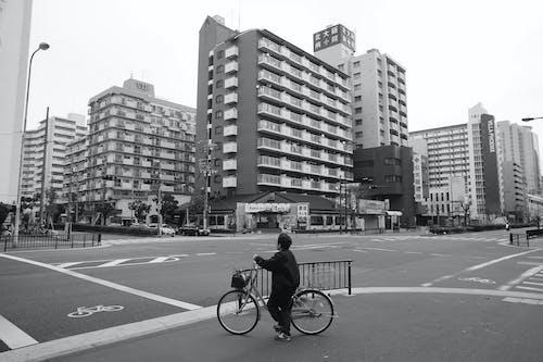 單車騎士, 城市生活, 女人, 建築 的 免费素材照片