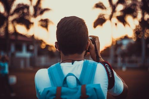 Mann, Der Blauen Rucksack Trägt, Der Fotos Macht