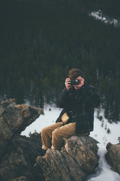 Ilmainen kuvapankkikuva tunnisteilla istuminen, kallio, kamera, käyttämällä