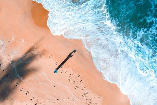 Photos gratuites de bord de mer, d'en haut, debout, écume