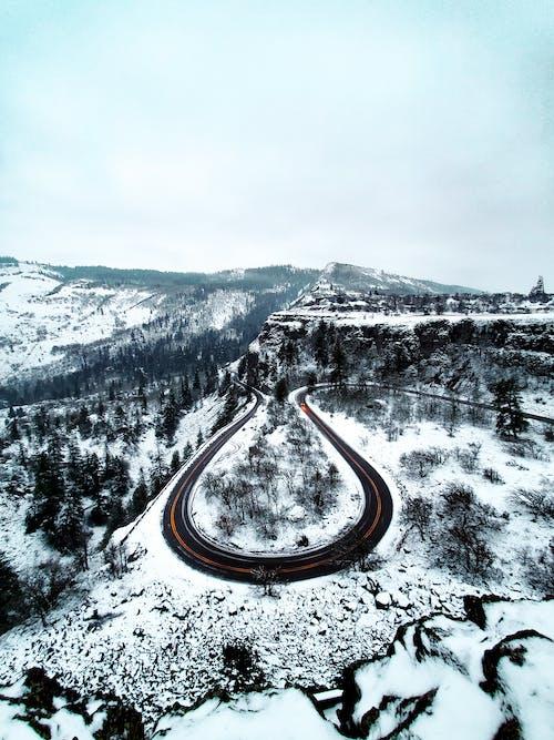 Бесплатное стоковое фото с гора, дорога, заснеженный, зима