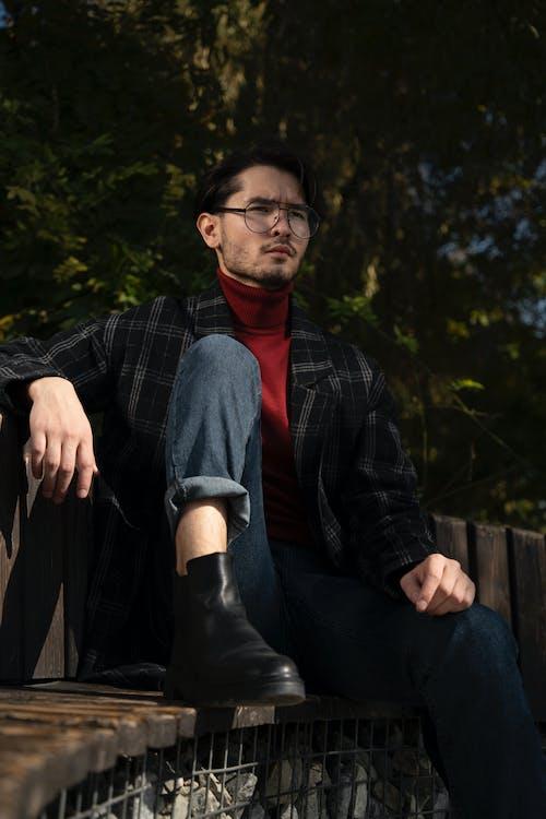 Δωρεάν στοκ φωτογραφιών με άνδρας, αρσενικός, έκφραση προσώπου, καθιστός