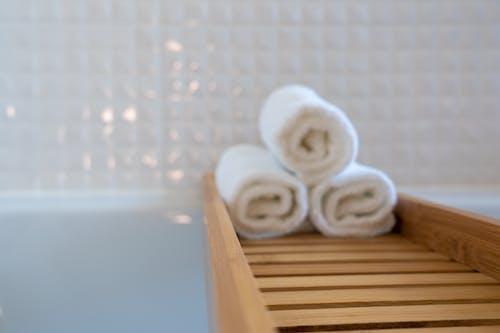 ahşap, aile, banyo, banyo havluları içeren Ücretsiz stok fotoğraf