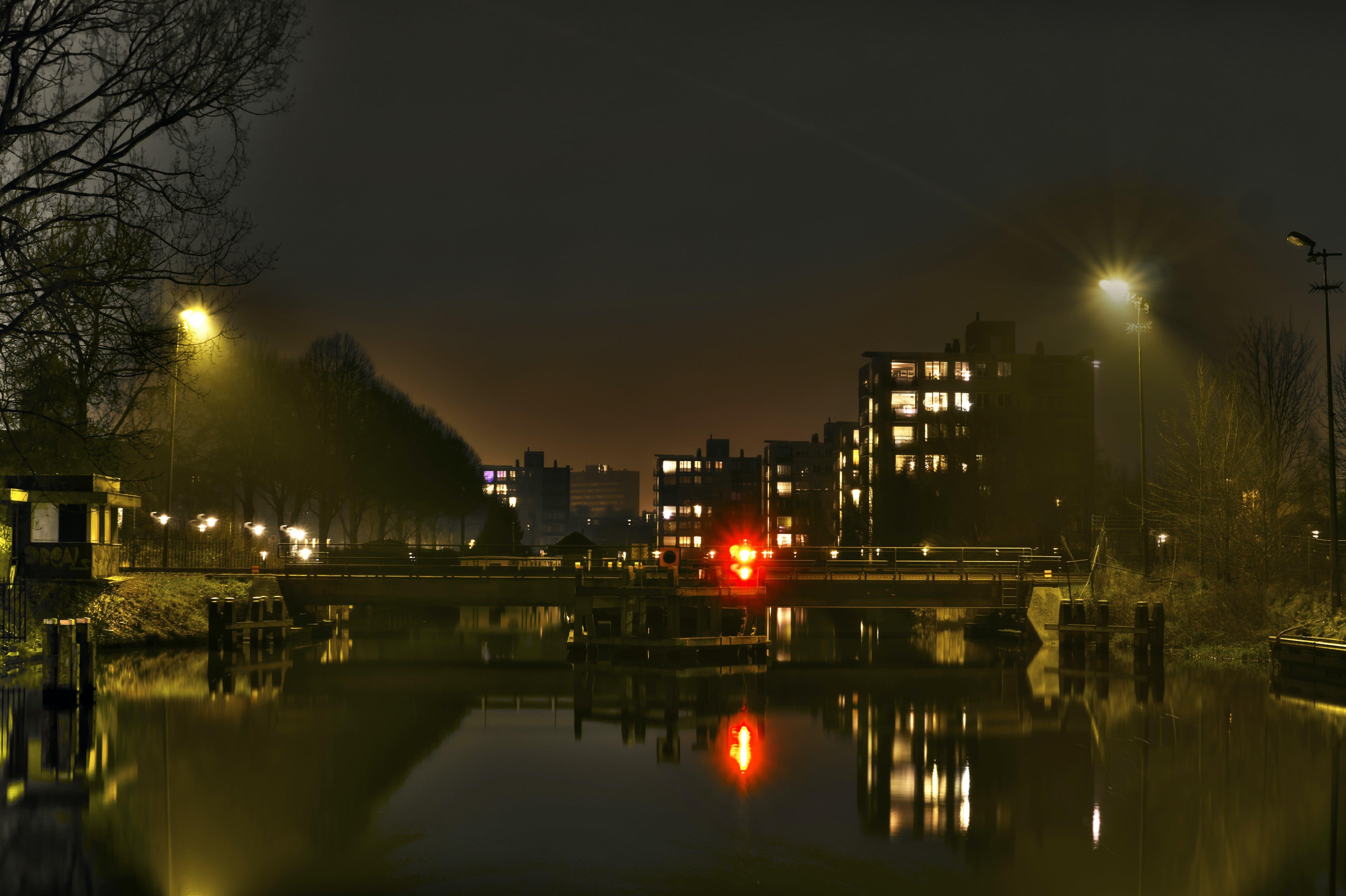 Kostenloses Stock Foto zu beleuchtung, brücke, gebäude, nacht