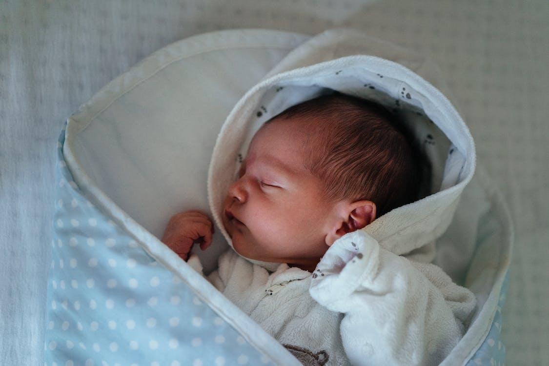 Baby In Witte En Blauwe Deken