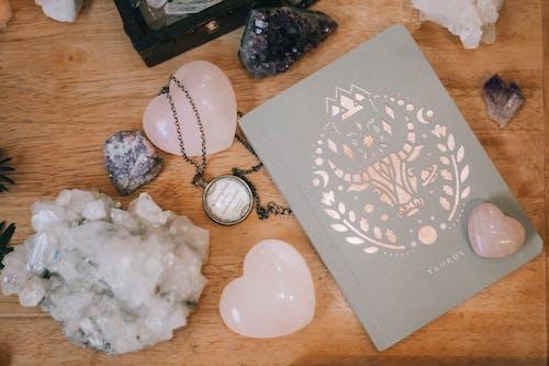 décors, kristaller, not defteri, taşlar içeren Ücretsiz stok fotoğraf
