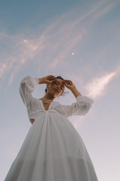 Základová fotografie zdarma na téma bílé šaty, dívání, focení