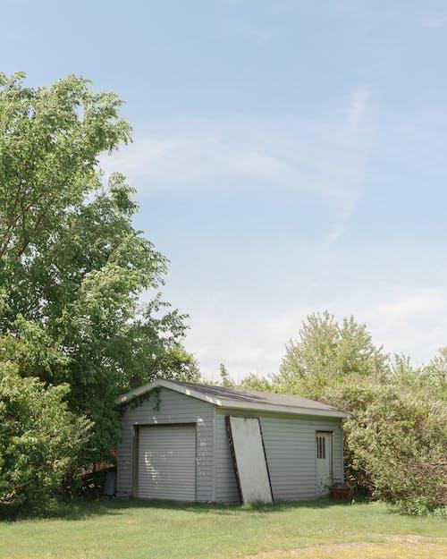 Белый деревянный сарай