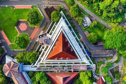 вид с воздуха на коричнево белое здание