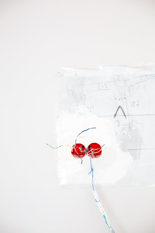 Foto stok gratis , colokan listrik, dinding putih, kabel listrik