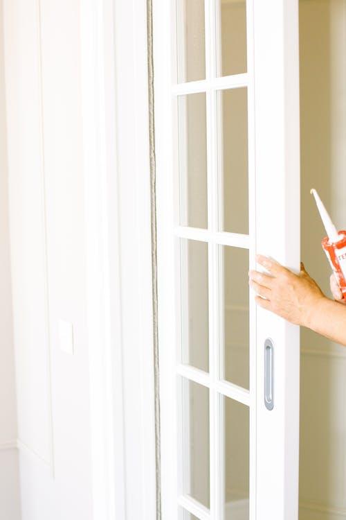 Foto profissional grátis de dentro de casa, entrada, faz-tudo, fixação