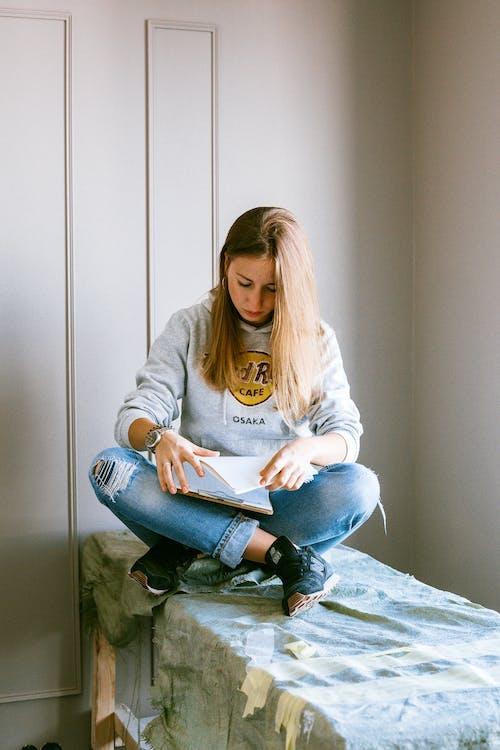 Foto profissional grátis de apartamento, bloco de anotações, cabelo loiro