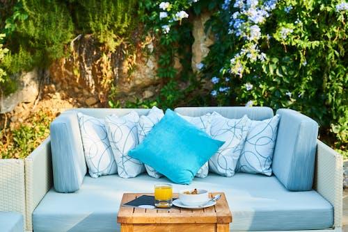 Travesseiro Azul E Mesa De Madeira Marrom