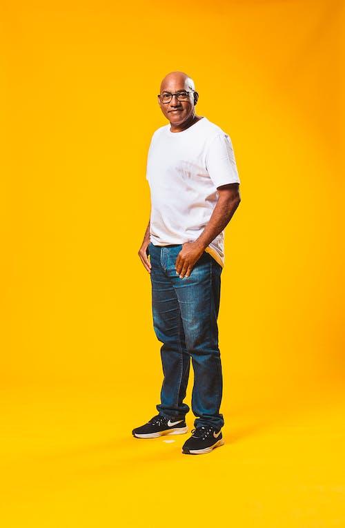 Бесплатное стоковое фото с в помещении, Взрослый, желтый фон, мужчина