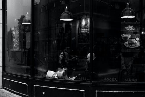 Immagine gratuita di bianco e nero, business, caffetteria, chattando