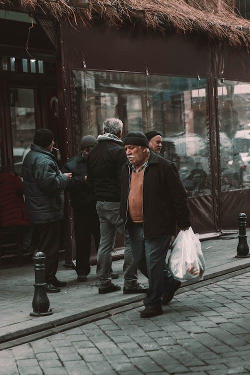Gratis lagerfoto af bære, folk, fortov, gade