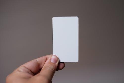 Foto stok gratis alat pembayaran, fokus dangkal, kartu putih, memegang