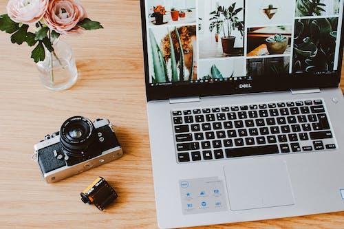 桌上的筆記本電腦和相機的照片