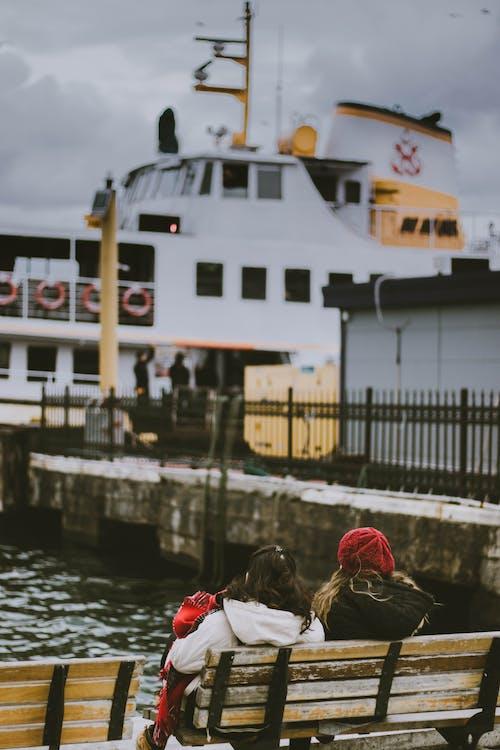 banklar, beklemek, bere, deniz aracı içeren Ücretsiz stok fotoğraf
