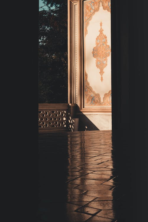 Braune Holzbank Nahe Fenster