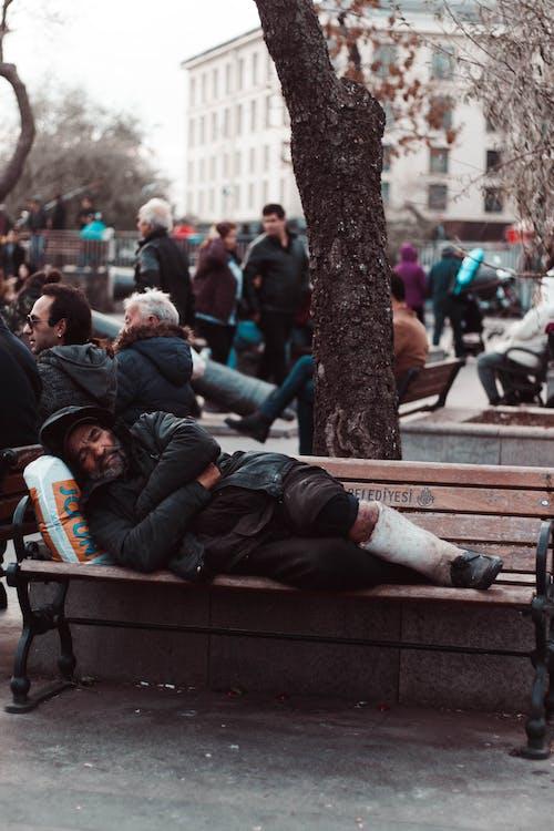 Foto Pria Berbaring Di Bangku Kayu