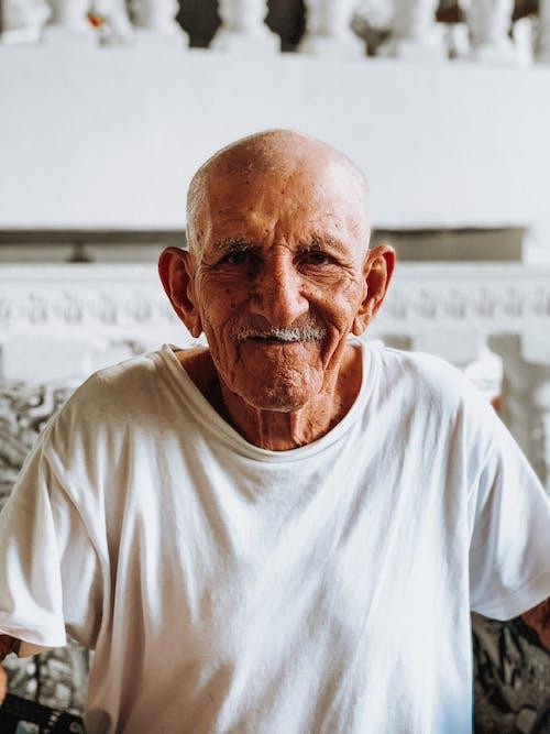 Fotobanka sbezplatnými fotkami na tému biela blúzka, dospelý, holohlavý, muž