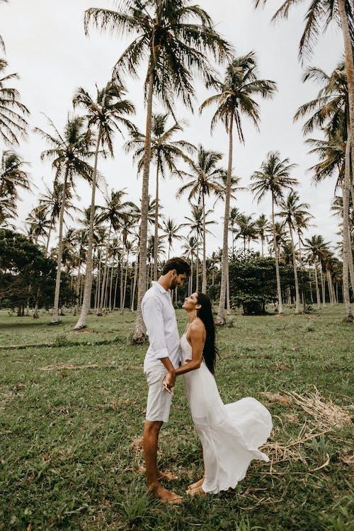 Foto stok gratis bergandengan tangan, cinta, di luar rumah, gaun putih