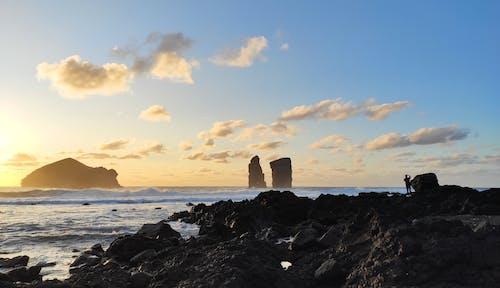 Δωρεάν στοκ φωτογραφιών με ακτή, άνθρωπος, αυγή, βράχια