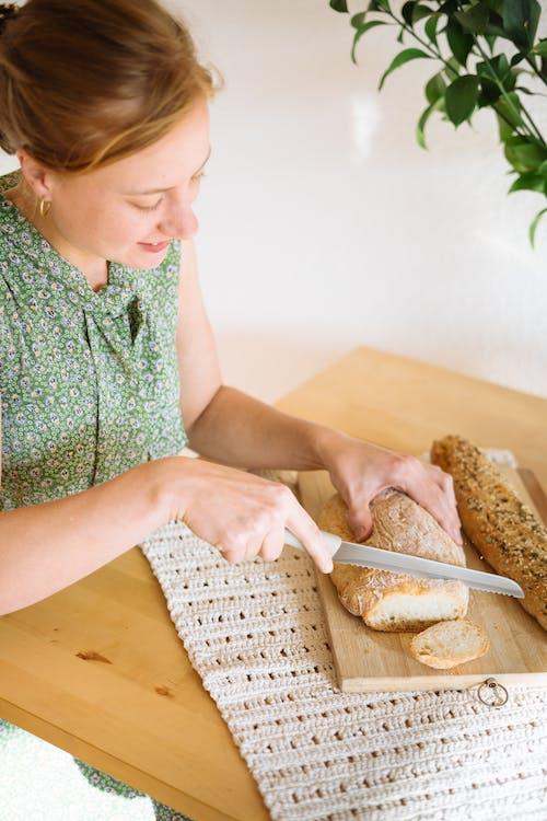 Безкоштовне стокове фото на тему «використання, дерев'яний стіл, жінка, зелений верх»