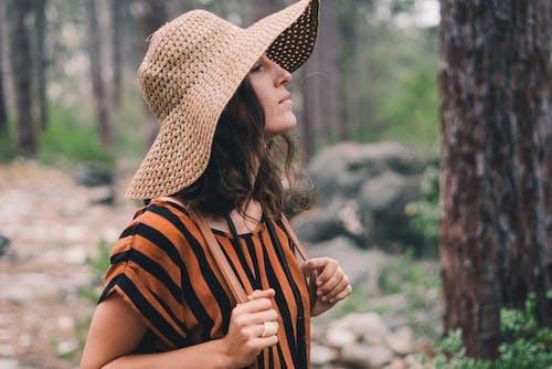 Kostenloses Stock Foto zu bäume, draußen, entspannung, fashion
