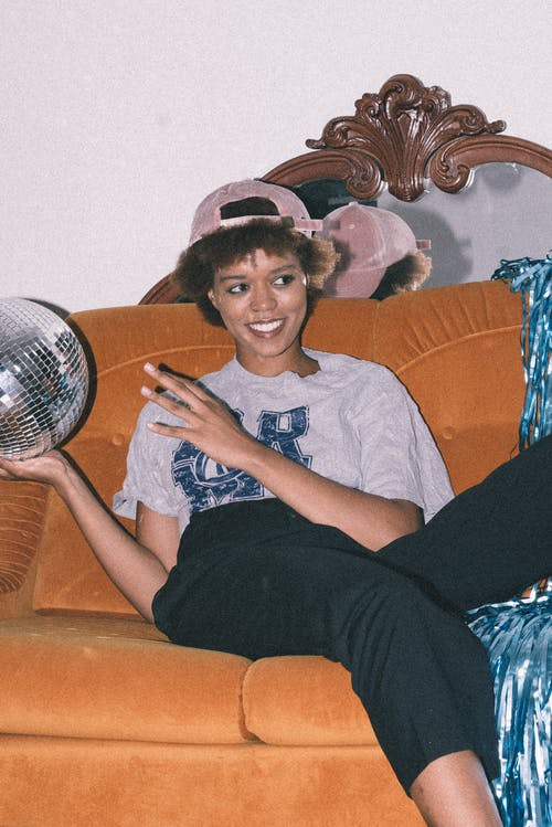 Бесплатное стоковое фото с Взрослый, выражение лица, головной убор, диван