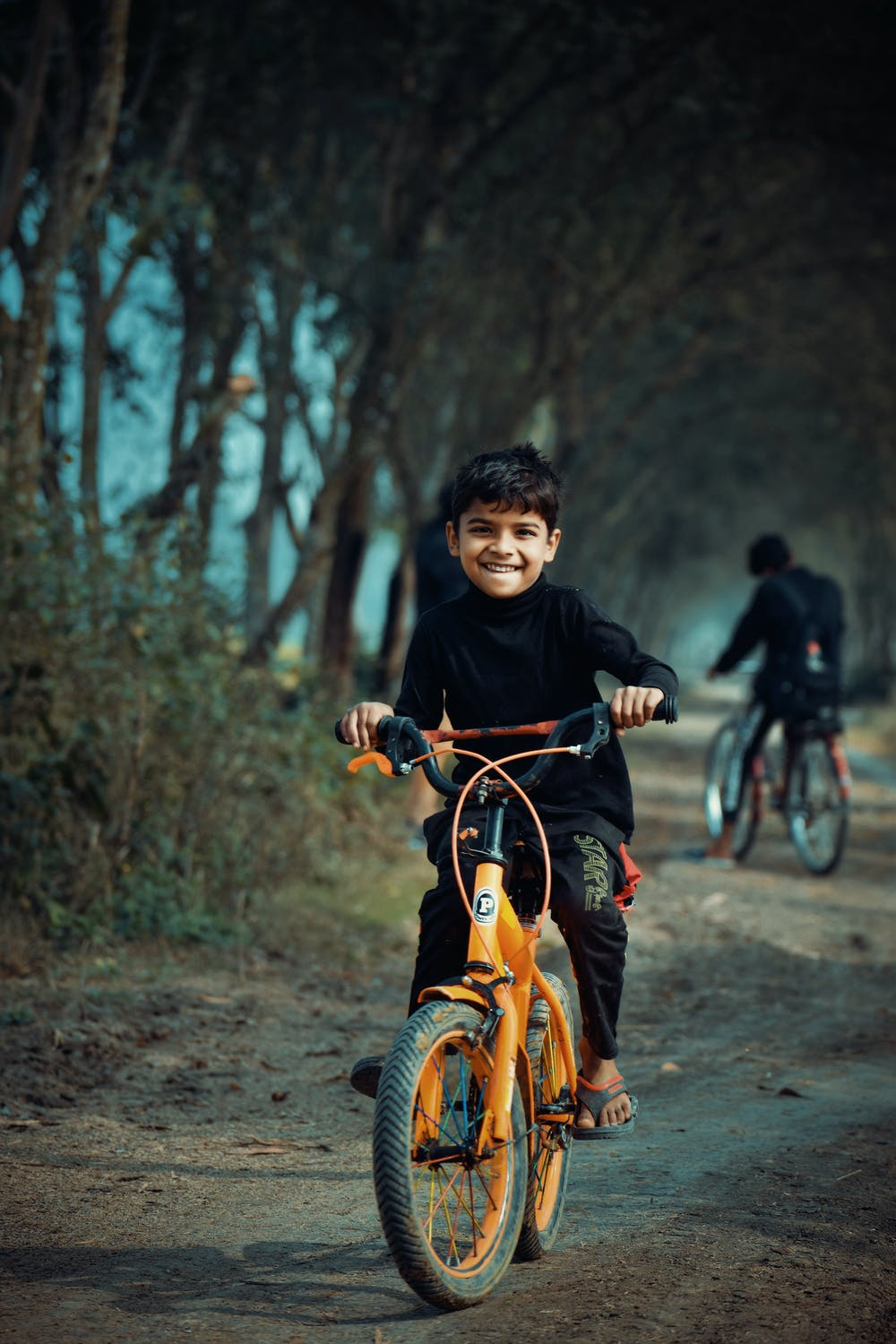 Two boys riding bicycle. | Photo: Pexels