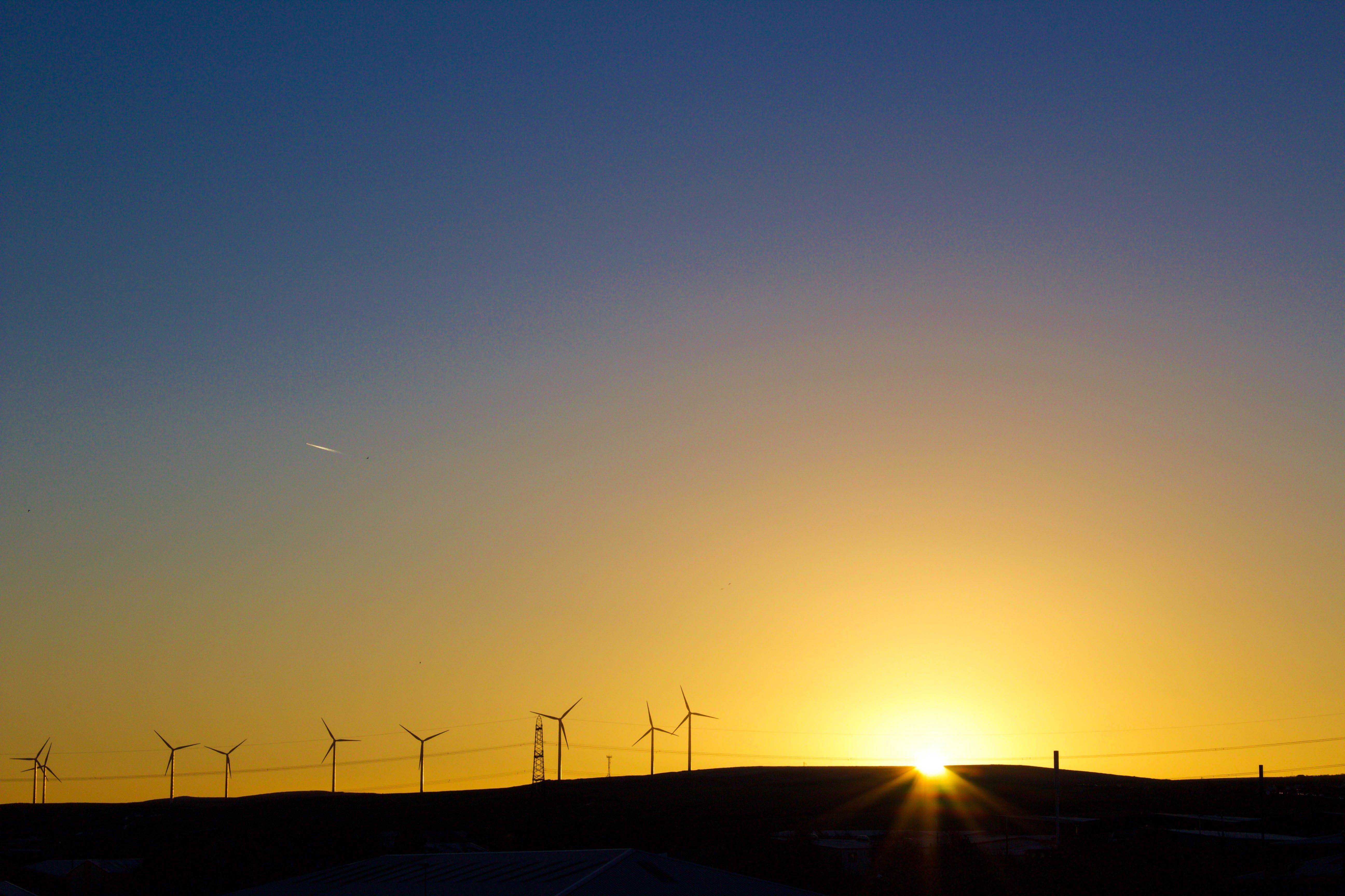 Foto profissional grátis de céu, moinhos de vento, nascer do sol, pôr do sol